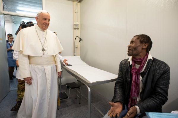 El Papa Francisco visita a las personas que se atienden en el hospital provisorio/ Fuente: CNA/ Vatican Agency