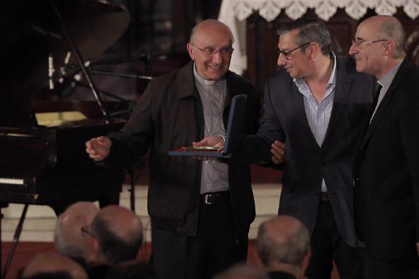 El Card. Daniel Sturla y Mons. Nicolás Cotugno reciben la plaqueta por los 90 años de Radio Oriental / Fuente: Captura ICMtv