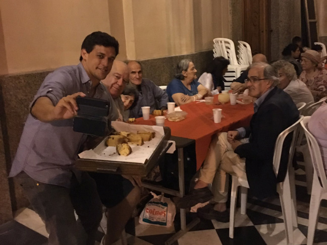 Después de la Misa, hubo una cena de Navidad con los solos en el atrio de la Catedral