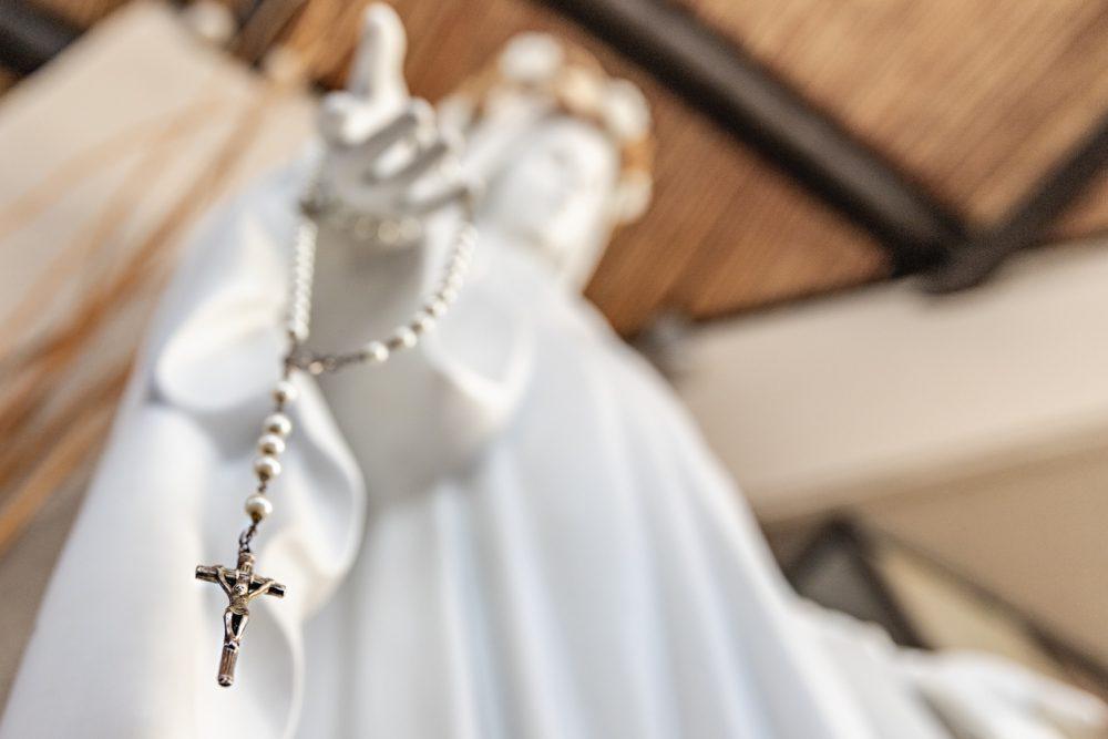 Detalle de la imagen de la Virgen con un rosario/ Fuente: Federico Gutiérrez