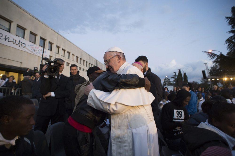 El Papa francisco con un grupo de refugiados en la Misa de Jueves Santo de 2016/ Fuente: L'Osservatore Romano