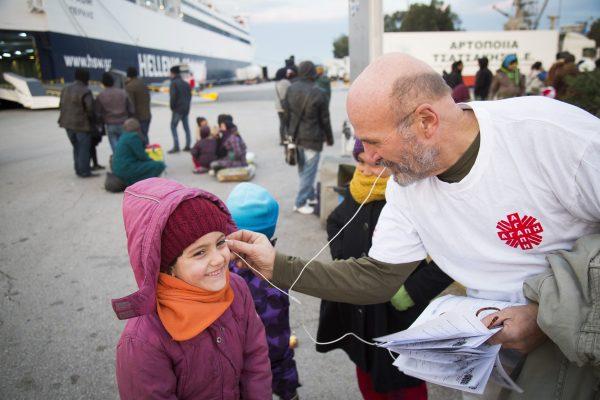 Un voluntario de Caritas Atenas ayuda a refugiados/ Fuente: Sección Migrantes y Refugiados de la Santa Sede