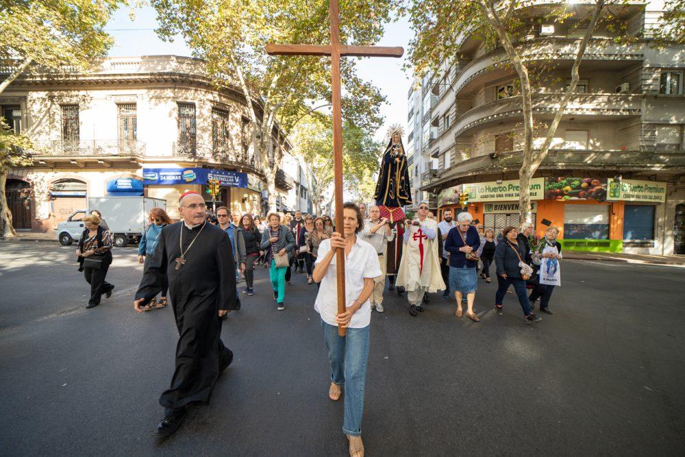 La Cruz presidió la Visita a las 7 Iglesias, detrás el pueblo cristiano/ Fuente: Federico Gutiérrez