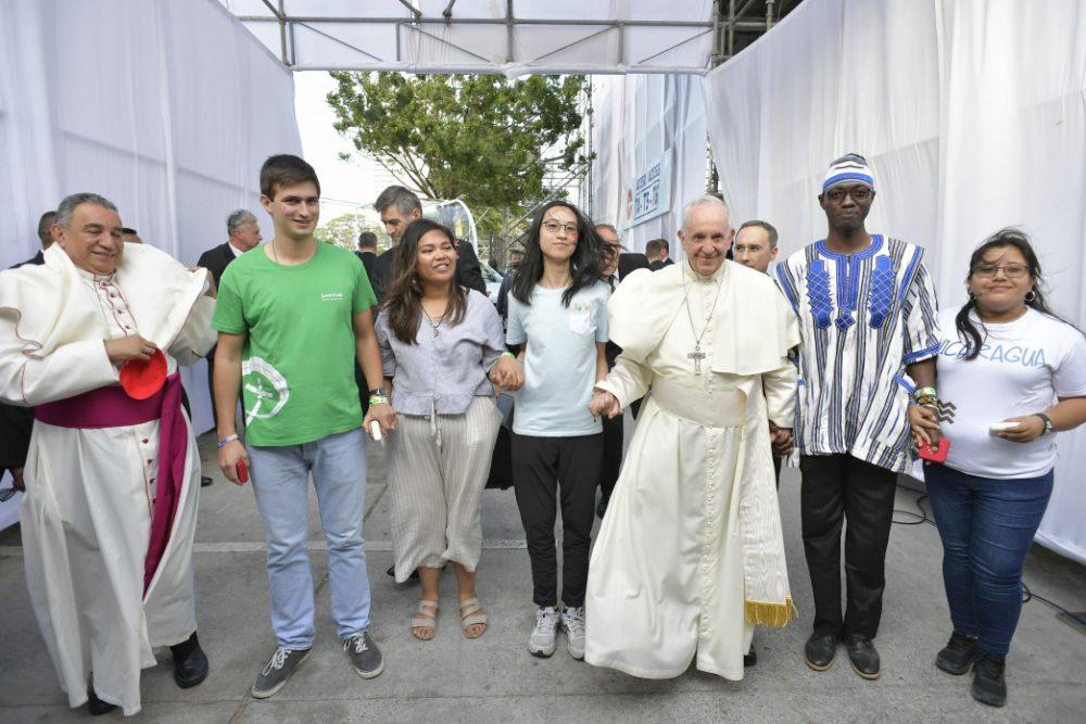 El Papa Francisco con jóvenes de distintos continentes./ Fuente: Vatican Media/ CNA