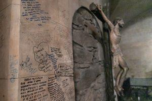 Las paredes de la cripta están cubiertas de mensajes escritos por los fieles. F. GUTIÉRREZ