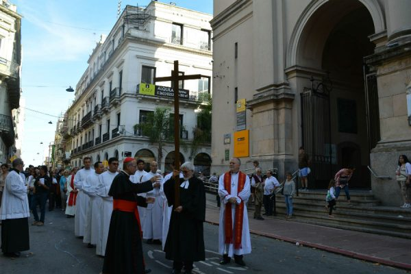 El Via Crucis fue desde la catedral anglicana hasta la católica /C. Bellocq