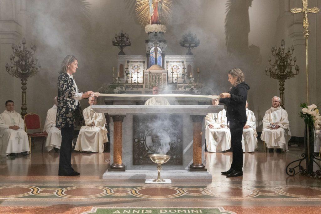 Tras la consagración del nuevo altar, colocaron los manteles /F. Gutiérrez