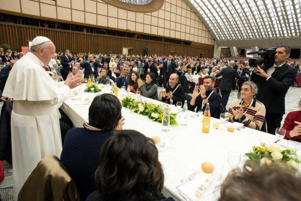 El Papa almorzando con las personas pobres de Roma en  la Jornada de año 2017/ Fuente: L'Osservatore Romano