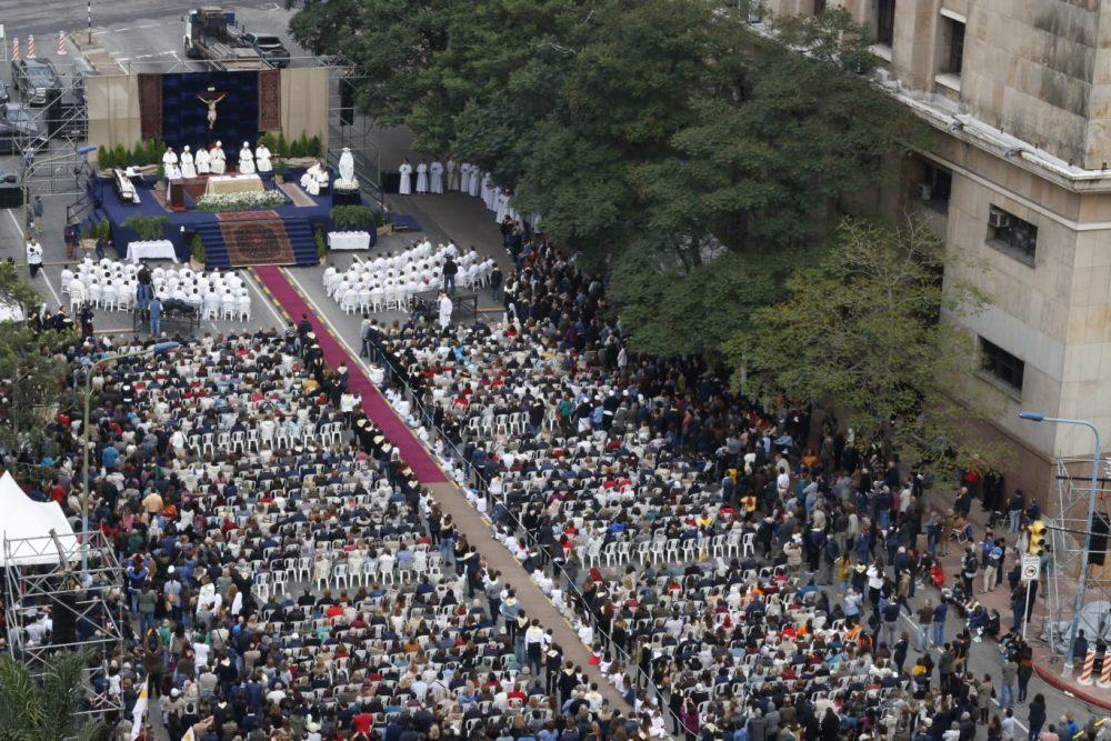 Una multitud de fieles durante la celebración de la Misa / Fuente: Agustín González