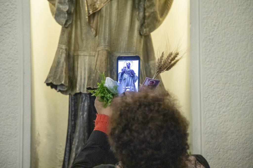 Según la tradición, la gente le ofrenda perejil a San Cayetano /F. GUTIÉRREZ