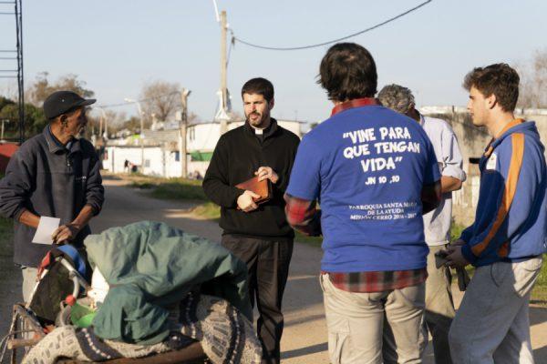 Unos 25 universitarios dedicaron cuatro días a misionar por el barrio. /F. GUTIÉRREZ