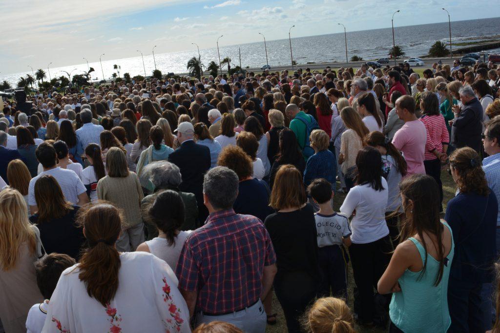 Cientos de personas se reunieron cada mañana para rezar el Rosario /C. Planelles