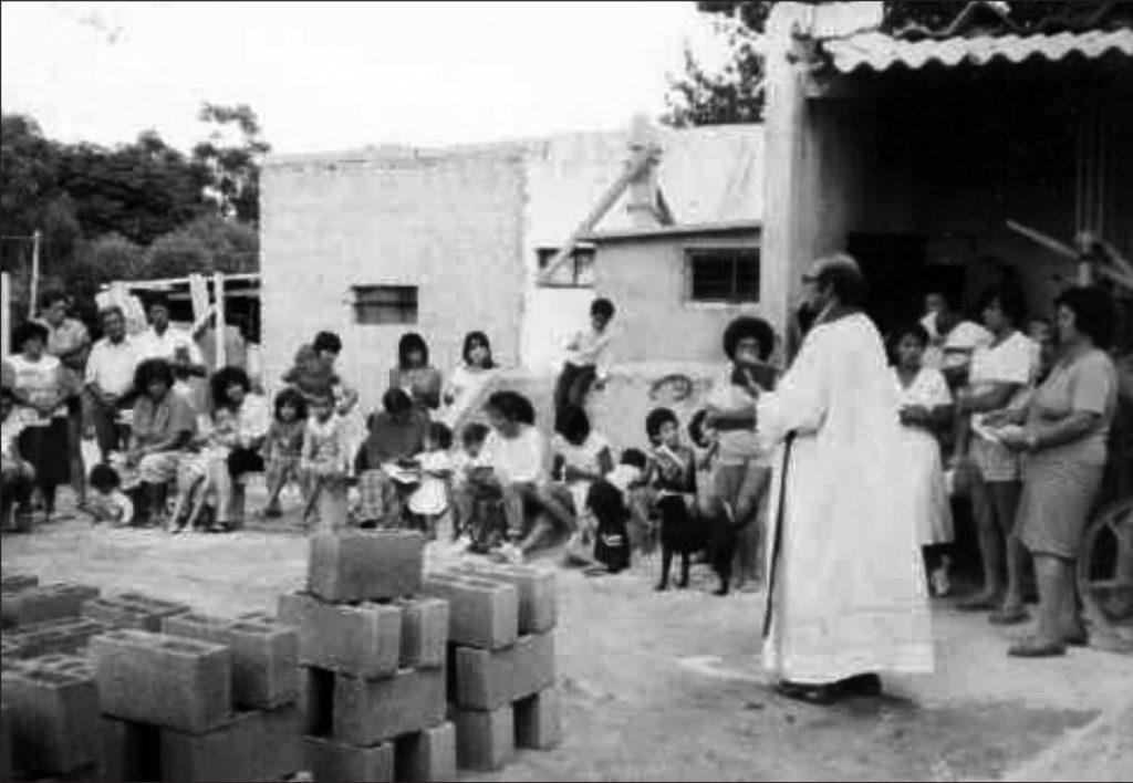 El P. Cacho celebrando Misa en la bloquera de San Vicente /Gentileza M. Clara